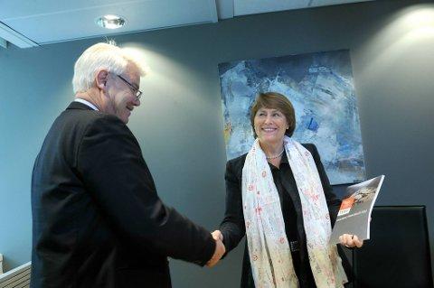 Justisminister Grete Faremo mottok mandag enrisiko rapport fra direktør Jon A. Lea i Direktoratet for samfunnssikkerhet og beredskap (DSB).