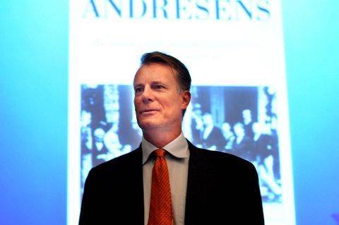 Konsernsjef i Ferd Johan H. Andresen foran boken om Andresen-familien.