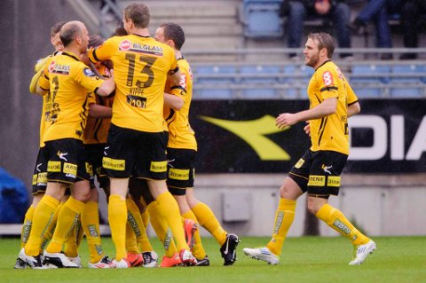 JUBEL: LSK-spillerne kunne endelig juble for en seier for første gang på 283 dager. Her flokker deg seg rundt tomålsscorer Björn Bergmann Sigurdarson. FOTO:SCANPIX