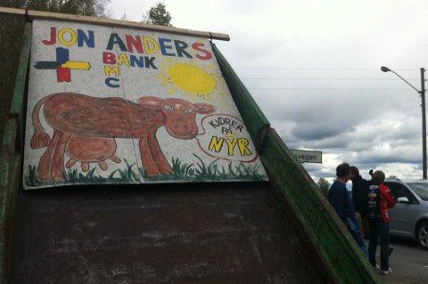 HEIA: Noen har laget en plakat for å heie på Jon Anders Grøndahl fra Nes. FOTO: MARTIN HOLTERHUSET