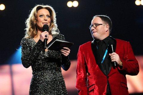 Per Sundnes slutter i NRK og dermed også i Melodi Grand Prix. Her sammen med makker Marte Stokstad under MGP-sendingene tidligere i år.