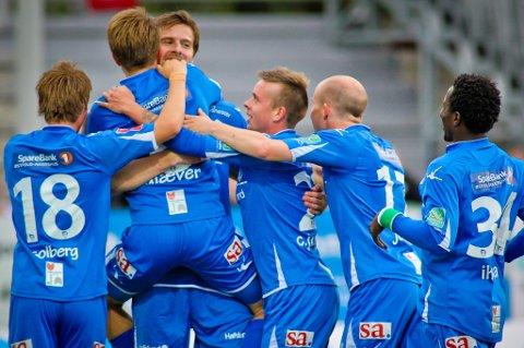 MATCHVINNER: Morten Giæver blir gratulert av Øyvind Hoås etter 1-0 skåringen. FOTO: Thomas Andersen