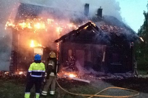 UKJENT ÅRSAK: Brannvesenet kjempet mot flammene i eneboligen på Nyjord natt til onsdag.