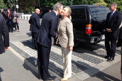 USAs utenriksminister Hillary Clinton ankommer UD for møte med Jonas Gahr Støre fredag formiddag. Det er et stort sikkerhetsoppbud i forbindelse med besøket, og kortesjen til Clinton telte hele 13 biler.