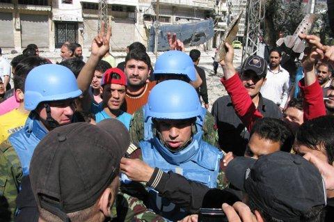 FN-observatører i den syriske byen Homs i april i år. Frykten for at Syria vil ende i full borgerkrig øker.