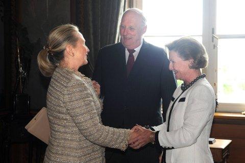 Kong Harald og dronning Sonja tok fredag imot Hillary Clinton på Slottet i Oslo.
