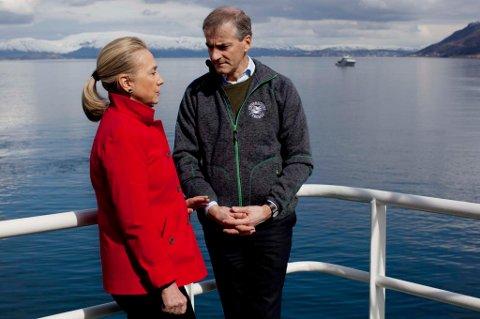 USAs utenriksminister Hillary Clinton og hennes norske kollega Jonas Gahr Støre i samtale om bord på båten Helmer Hansen i Tromsø lørdag. Clinton ønsker ikke å kommentere livstidsdommen til Egypts styrtede president Hosni Mubarak.