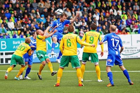 Øyvind Hoås i en av sine mange dueller med Ull/Kisa-forsvaret i dagens kamp
