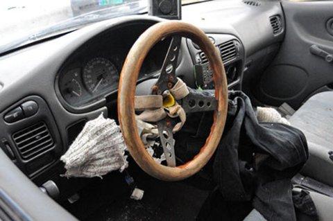 Dette provisoriske rattet, festet med stropper og lynlim, var satt inn i mannens bil etter at politiet hadde beslaglagt det originale rattet.