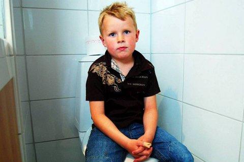 OVERSPYLT: Alexander With i Langesund satt på denne toalettskålen da han fikk mye vann og avføring over seg etter spyling av ledningsnettet.