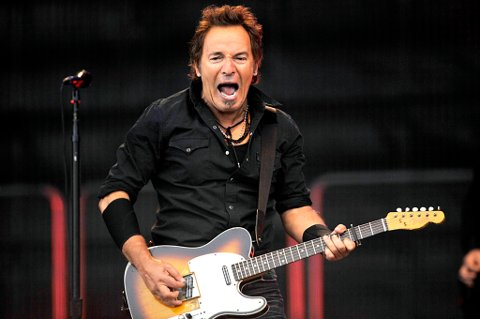 Bruce Springsteen ga alt  på Valle Hovin i Oslo foran 40.000 tilskuere i 2008. Bruce Springsteen er invitert til å delta i minnemarkeringen søndag 22. juli, men er ennå ikke klar.