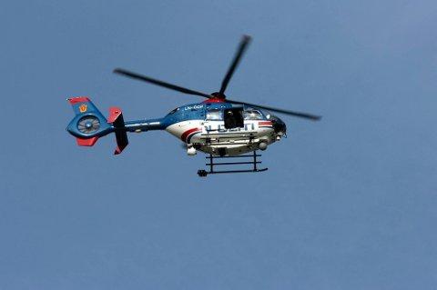 Kvinnen er hardt skadd og fløyet med politihelikopter til Ullevål sykehus.
