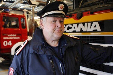 MÅ GJØRE POLITIETS JOBB: Brannfolk ble brukt ti l vakthold og assistanse til ambulanse i forbindelse med helgens knivdrama i Vadsø. Brannsjef Ketil Eriksen savner politiet ute i felten.