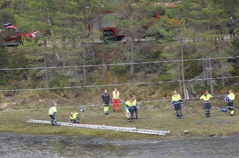 Politiet fikk like før klokka 13 melding om ulykken fra en lastebilsjåfør som oppdaget en båt eller kano liggende ute i elva Folla med bunnen i været. En politipatrulje fant mannen flytende i elva.