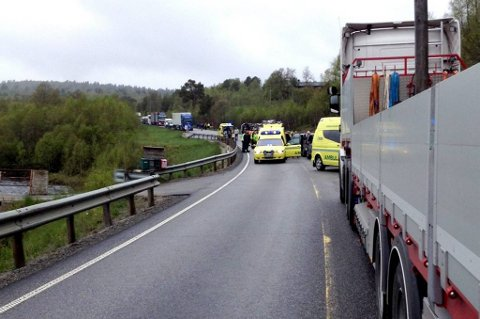 Flere biler er involvert i trafikkulykken.