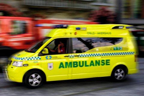 En person fraktes til sykehus med luftambulanse etter en frontkollisjon mellom en lastebil og en personbil like ved Skreia onsdag formiddag.