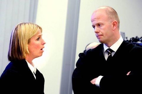 Vi har konkludert nå, om det blir jobbing utover natten for å skrive ferdig prosedyren får tiden vise, sa Svein Holden til NTB på vei inn i retten etter lunsjpausen. Her sammen med aktor Inga Bejer Engh.