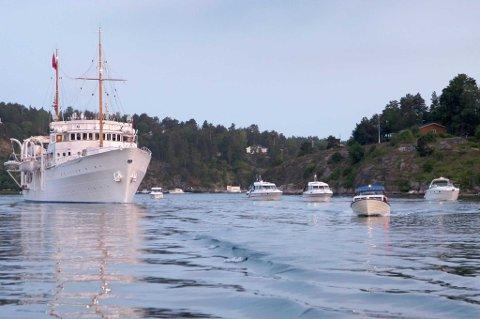 Audun Wigen var utpå og fulgte kongeskipet på ferden fra Tønsberg til Tjøme i går kveld. Han tok dette bildet ca klokka 23:00 i går, rett før båten passerte under Vrengen.