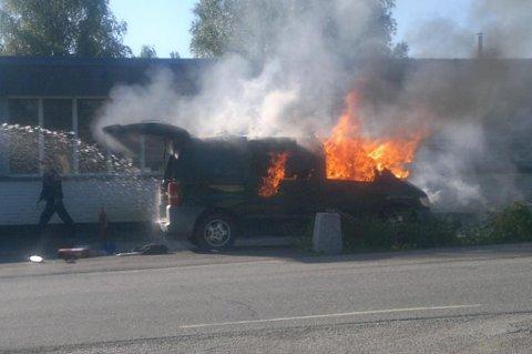 TOK FYR: Bilen begynte plutselig å brenne i torsdag morgen. Det var ingen personer i bilen da brannen startet. FOTO: RB-TIPSER
