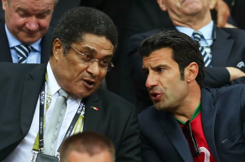 Eusebio (t.v.) i samtale med Luis Figo under kvartfinalen mellom Portugal og Tsjekkia.