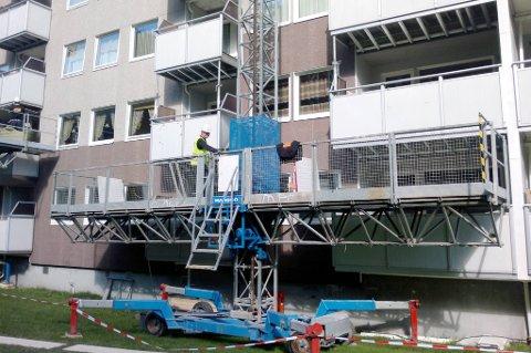 Her sikres balkongene i boligblokka som brant i Drammen, men andre steder i Norge skjer det lite.