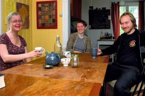 Kirsten Waardenburg (t.v.), Silje Thorsen Hovgaard og Aslak Storaker mener bofellesskap er en trivelig måte å bo på.