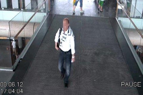 TATT: Her blir en av de to mennene fanget opp av et overvåkningskamera. FOTO: POLITIET