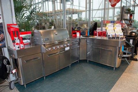 UTEKJØKKEN: Det blir stadig vanligere at også nordmenn tilbereder hele måltider ute. Denne modellen koster 58. 900 kroner.