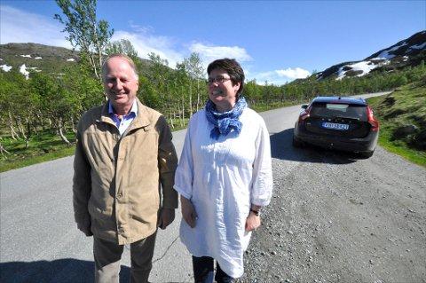 HUMPETE: Karin Bjørkhaug (Krf), leder i samferselskomiteen i Sør-Trøndelag fylkeskommune, ble med Rennebu-ordfører Ola T. Lånke på tur langs Nerskogsveien. Foto: Mariell Tverrå Løkås