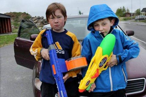 Vanngevær. Tøffe gutter som gjerne vil bestemme litt mer når de e rute på bilferie. Brage Nilsen til høyre og Brage Lassemo.