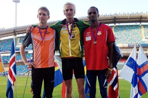 Vetle Aasland (i midten), her etter seieren på 800 meter under Världsungdomsspelen.