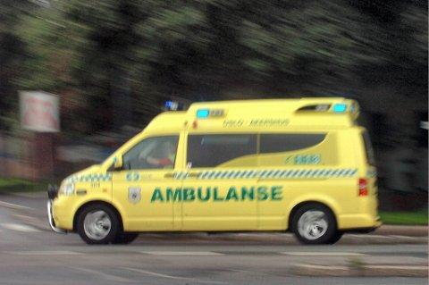En 20 år gammel mann mistet livet og tre ble skadd da to kjøretøy frontkolliderte på E39 ved Bue sør i Rogaland mandag