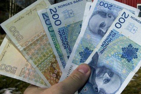 Nordmenn flest sparer ved å sette pengene på konto. Sparing i aksjer og aksjefond faller kraftig.