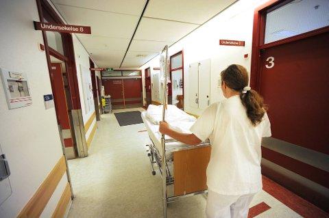 Stavanger kommune og Stavanger universitetssjukehus (SUS) trenger sykepleiere. Sykehuset har 100 ledige stillinger, samtidig som kommunen nå lokker med høyere lønn for å få sykepleiere til å jobbe der i stedet.