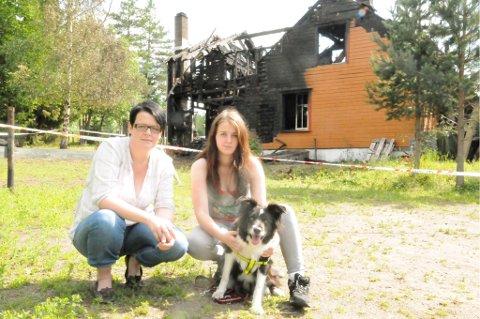 INNSAMLING: Janes søster Silje Grønvold (t.v.) og eldste datter Hege startet en innsamling etter brannen. Border Collien Fly sørget for at matmor kom helskinnet ut av det brennende huset. FOTO: ANITA JACOBSEN