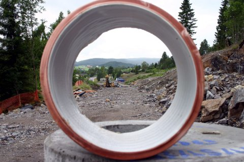 FULL STOPP: Fet kommune har beordret full stopp for vei 4 i Løkenåsen. Entreprenøren mener byggetillatelse er gitt tidligere.