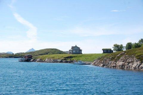 Carl Erik Bergwitz-Larsen og Maria Bikset har kjøpt seg en perle av en ferieøy på Helgelandskysten.