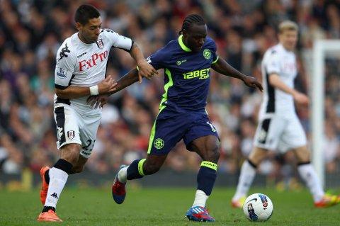 Victor Moses, her i duell med Fulhams Clint Dempsey, kan havne i Chelsea.