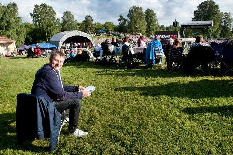 Asbjørn Olav Pedersen fra Sarpsborg liker seg bakerst på Place d'Armes under «Allsang på Grensen». - Jeg vil verken på tv eller synge. Jeg er her for å kose meg, sier han.
