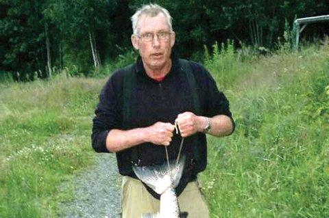 Foto privat: Jan Fiskum, leder av fiskeoppsynsvalget og medlem av styret i  Østsiden jakt- og fiskeforening (ØJFF), har fått sin storlaks på 13 kilo denne sesongen, og er veldig fornøyd med årets sesong generelt.