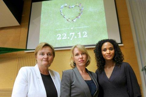 Kulturminister Anniken Huitfeldt (Ap, midten) mener dagen etter 22. juli-markeringen er en dag for sorg, refleksjon og ettertanke. Her sammen med fornyings-, administrasjons- og kirkeminister Rigmor Aasrud (t.v.) og Haddy N'jie, som ledet minnekonserten søndag kveld.
