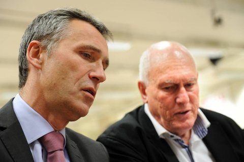 Statsminister og partileder Jens Stoltenberg (Ap)advarer mot høye lønninger. Her sammen med LO-leder Roar Flåthen.