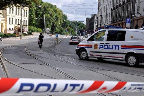 Funn av en mistenkelig gjenstand under en bil ved den amerikanske ambassaden i Henrik Ibsens gate 48 i Oslo tirsdag, førte til full bombealarm og evakuering.