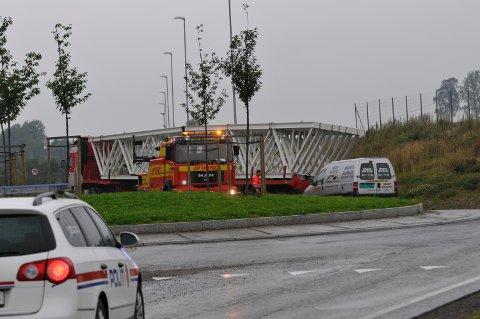Trailer satt fast ved rundkjøringen vede Knapstad