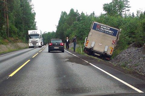 LASTEBIL UTFOR VEIEN: Utforkjøringen førte ikke til trafikkale problemer av betydning.