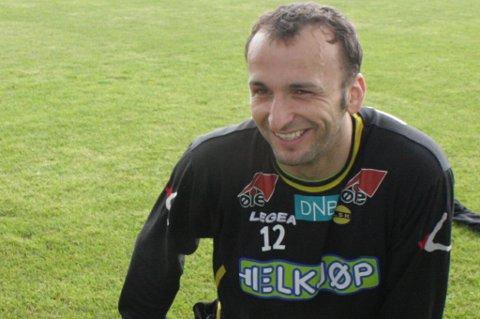 TØYER UT: Sead Ramovic er nøye med å tøye ut for å sørge for at plagene i lysken ikke skal bli verre. FOTO: PER KRISTIAN TORVIK
