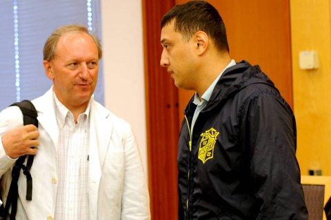 Politiinformanten David Jakobsen (t.h.) er tiltalt for økonomisk kriminalitet i millionklassen. Her sammen med advokat Carl Konow Rieber-Mohn i 2010.