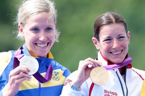 Gull til Nicola Spirig (til høyre), sølv til Lisa Nordén. Men det skilte så lite mellom dem at den svenske olympiske komiteen mener begge burde fått gullmedalje.