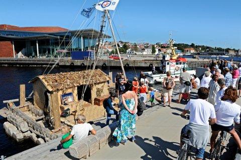 Mange hadde møtt fram ved Fritzøe Brygge der kopien av Kon-Tiki lå til kai hele søndag.