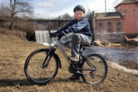 Jo flere barn som sykler til skolen, jo færre biler blir det på veien. Men barn bør være 10-12 år gamle før de slippes løs i trafikken på egen hånd.